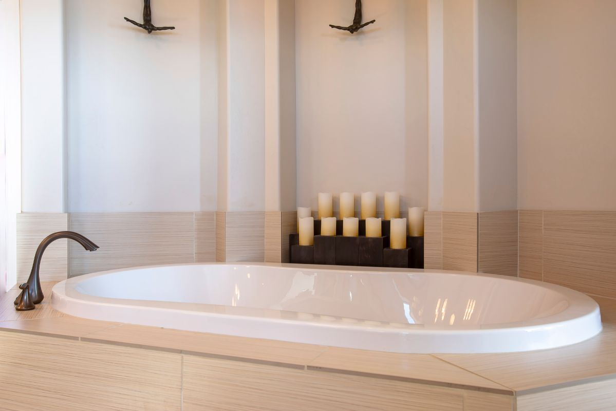 Alcove bathtub with candles